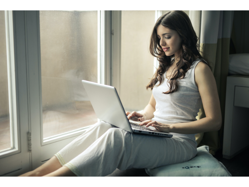 goday payday loans woman with laptop